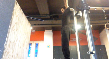 Use hanging to increase your flexibility with calisthenics